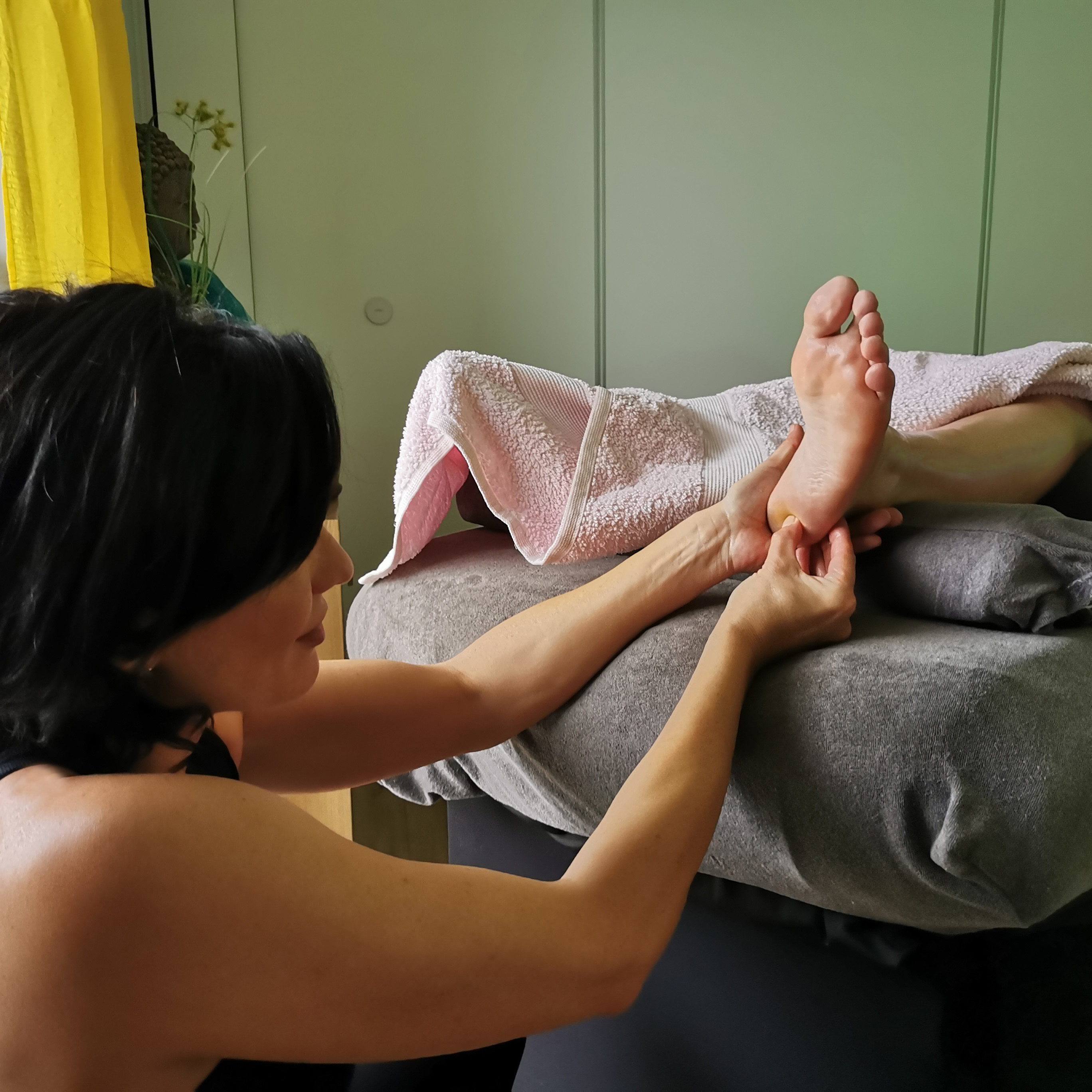 massage soulagement des pieds par la réflexologie plantaire et la réflexologie palmaire. Massage harmonie du corps