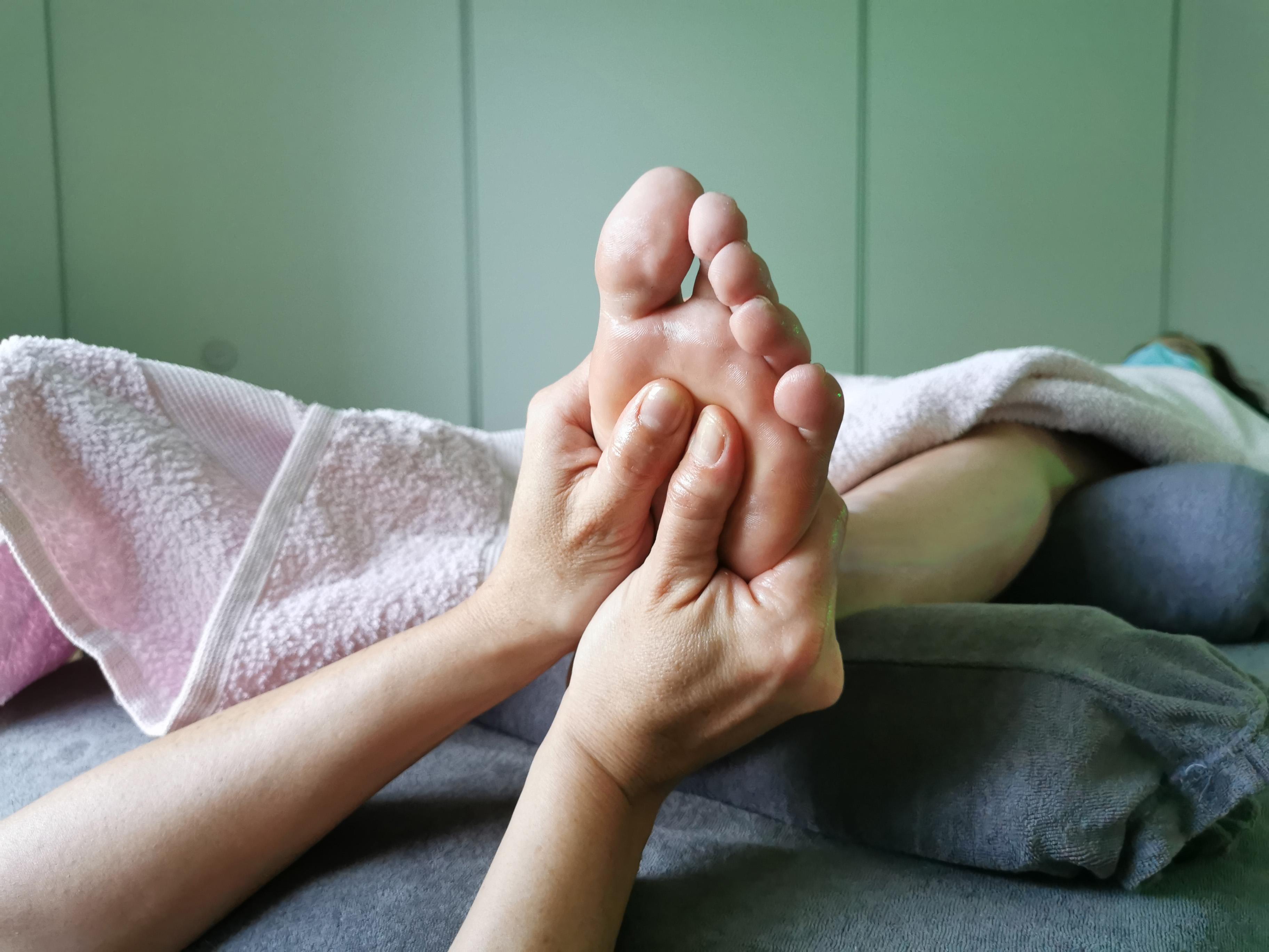 reflexologie plantaire massage des pieds. Massage de des zones réflexes. Harmonie générale.