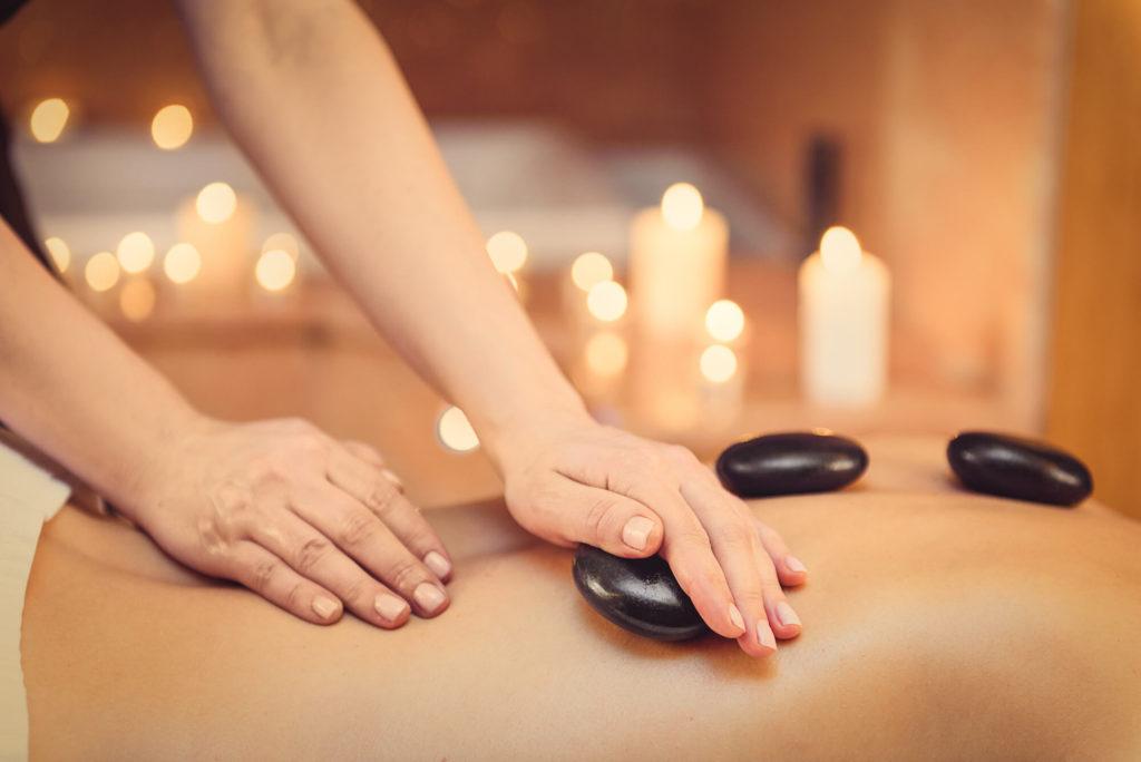 massage pierres chaudes et huile de coco