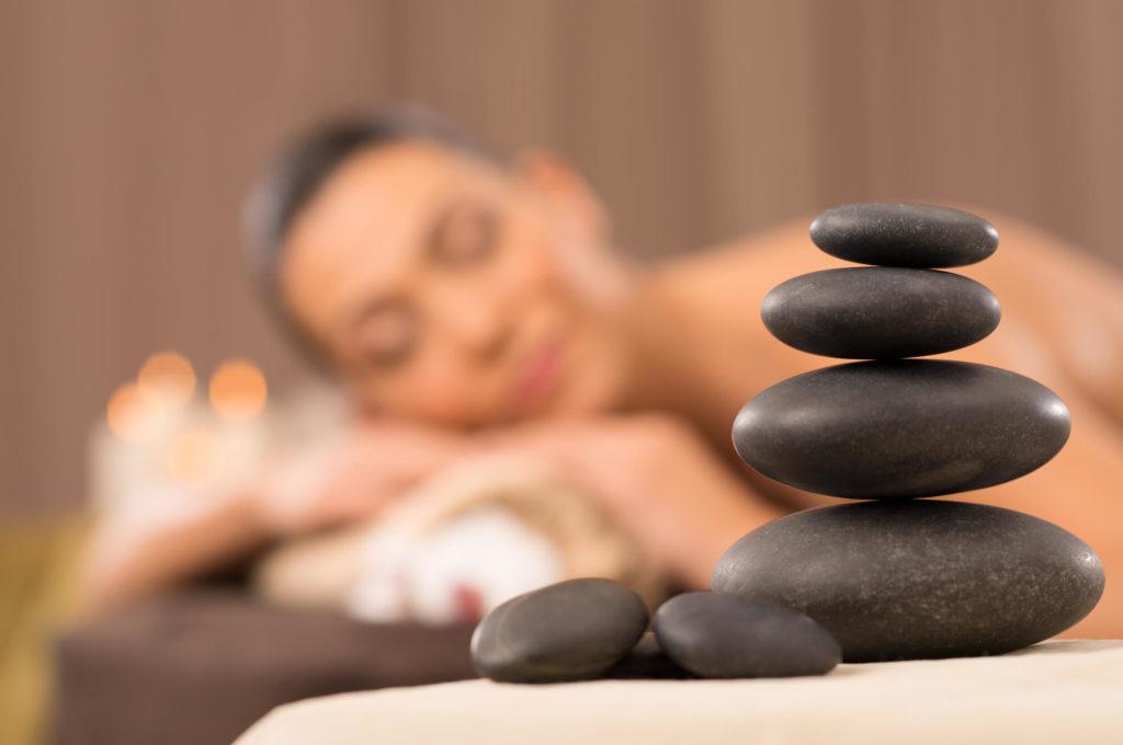 massage apaisant aux pierres chaudes